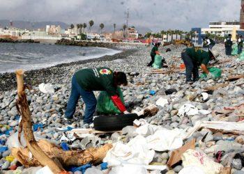 Playa contaminada por acción del ser humano